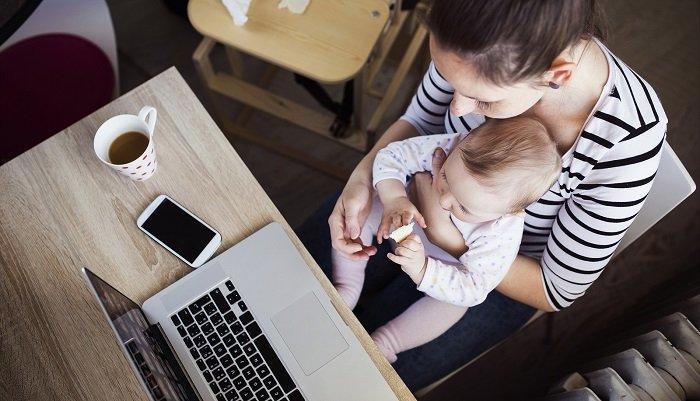 Hai mẹ còn cùng nhau xem laptop