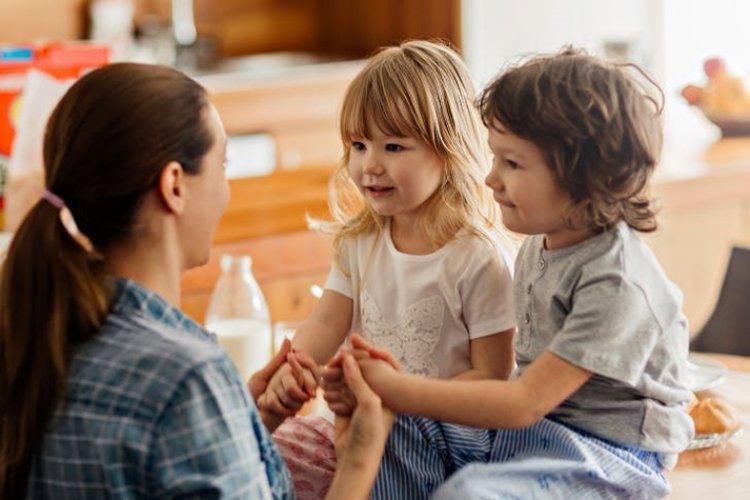 mẹ hạn chế la mắng con trong giai đoạn khủng hoảng tuổi lên, trò chuyện, thông cảm và thấu hiểu