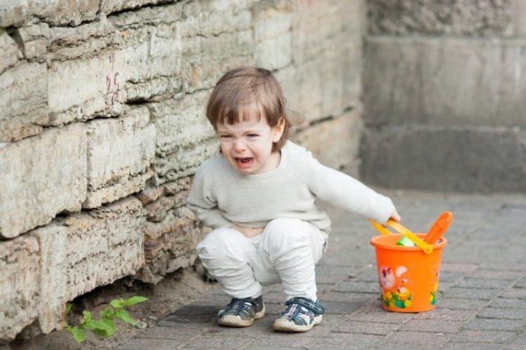 khủng hoảng tuổi lên 3 khiến trẻ hay cáu giận, thay đổi tâm lý và hành vi, ngang bướng, không nghe lời bố mẹ