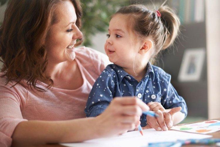 mẹ kiên nhẫn giải thích cho con, nói chuyện với con trong giai đoạn khủng hoảng tuổi lên 3