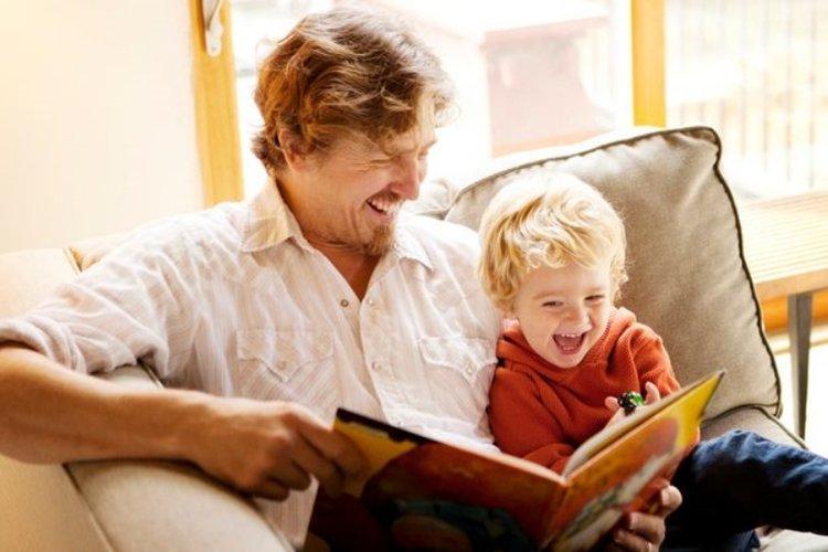 bố làm gương cho trẻ thói quen tốt đẹp trong giai đoạn khủng hoảng tuổi lên 3