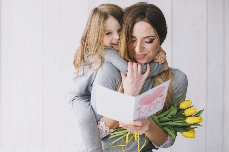 mẹ khen ngợi con vì có hành vi đúng mực, khi con cư xử tốt trong giai đoạn khủng hoảng tuổi lên 3