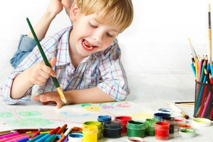 Em bé vẽ tranh một mình.