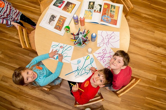 Các em nhỏ đang tham gia giờ của lớp học theo phương pháp Reggio Emilia.