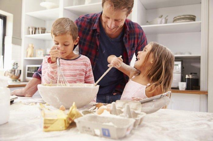 trẻ nấu ăn với bố vui vẻ hạnh phúc tự tin, thúc đẩy lòng tự trọng