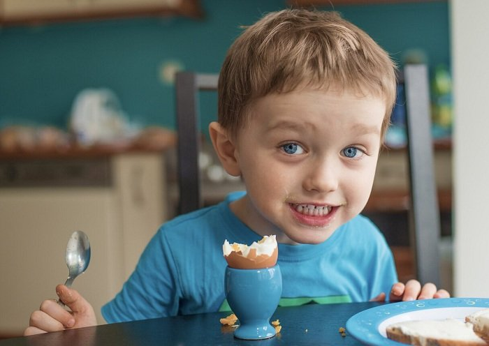 trẻ ăn nhiều trứng có tốt không?