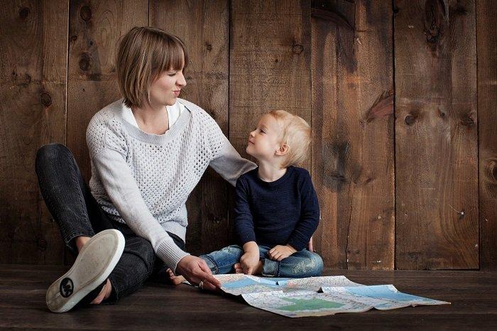 mẹ xem bản đồ cùng con trai