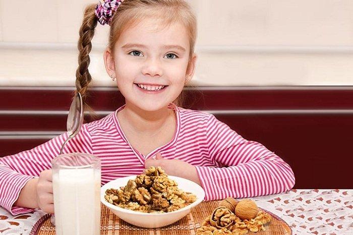 trẻ ăn hạt