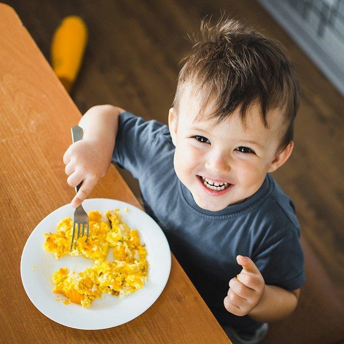 trẻ ăn trứng