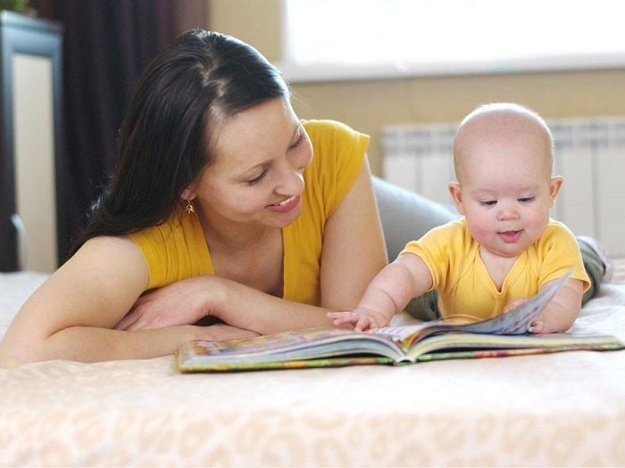 mẹ đọc sách cùng bé sơ sinh