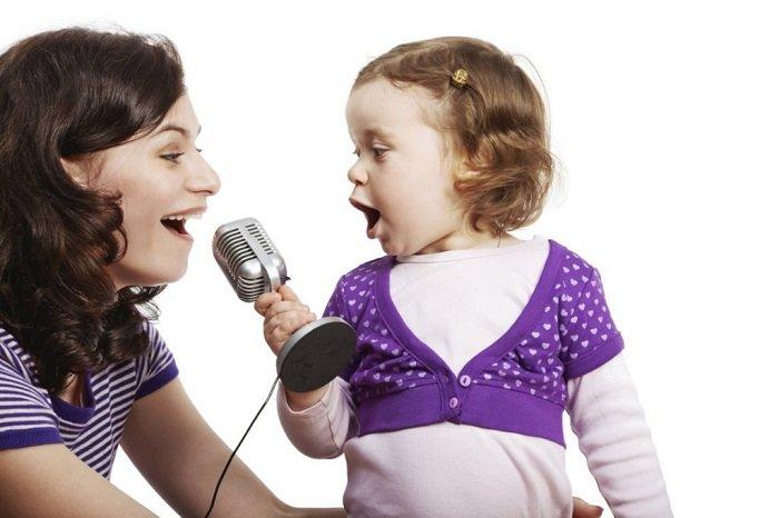 mẹ hát cùng con gái