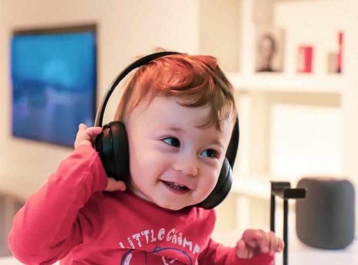 bé nghe nhạc