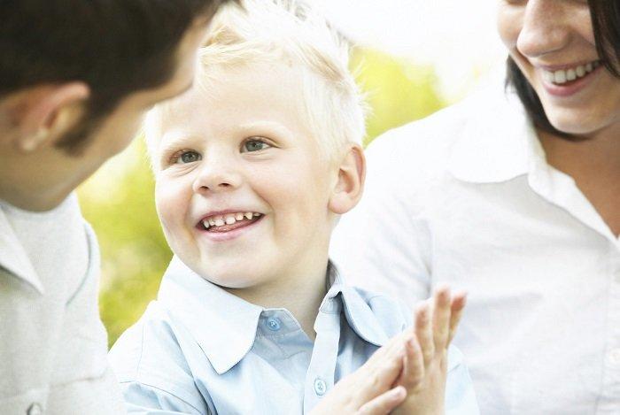 con trai cười với bố