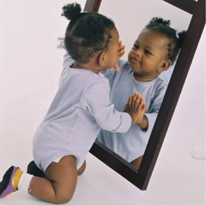 bé đứng trước gương