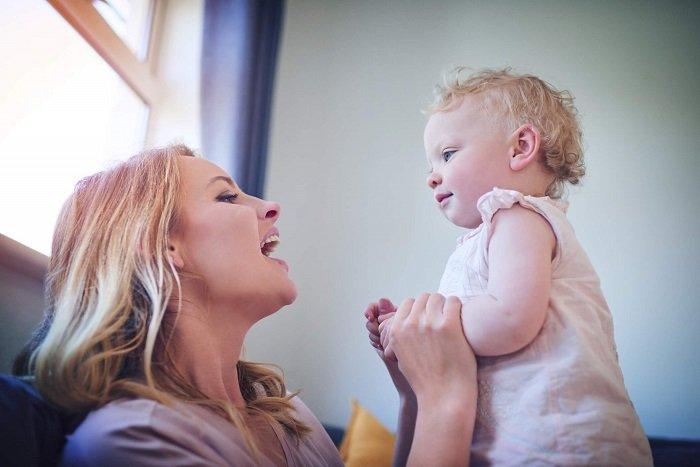 cách dạy bé tập nói hiệu quả là mẹ trò chuyện với bé thường xuyên