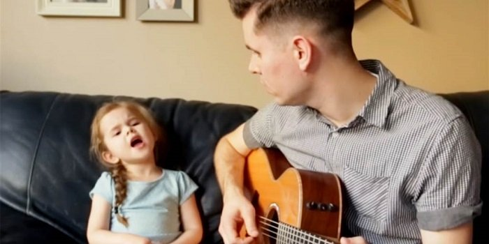 bố hát cùng bé gái