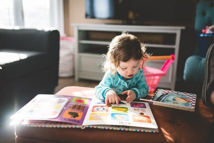 Em bé tập trung đọc sách