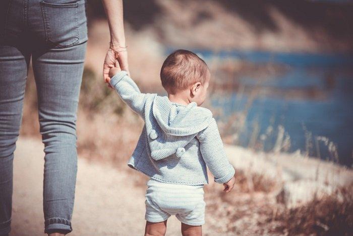 Em bé cùng mẹ đi dạo.