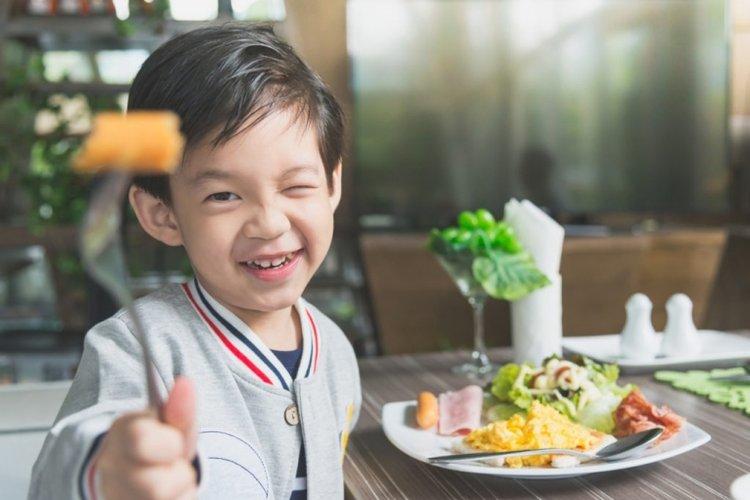 dạy trẻ lễ phép khi ăn uống, ngồi ăn ở trên bàn và nhai không phát ra tiếng động