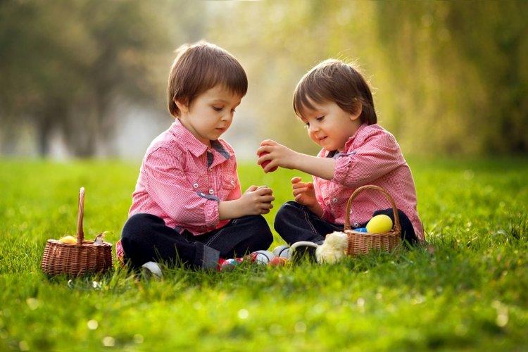 dạy trẻ lễ phép, biết quan tâm và chia sẻ với mọi người xung quanh