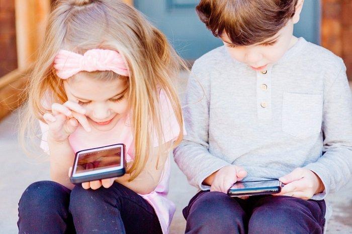Trẻ con xem điện thoại nhiều.