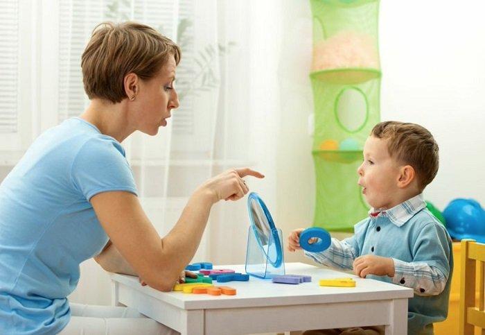 mẹ ngồi bên bàn học trò chuyện với con trai