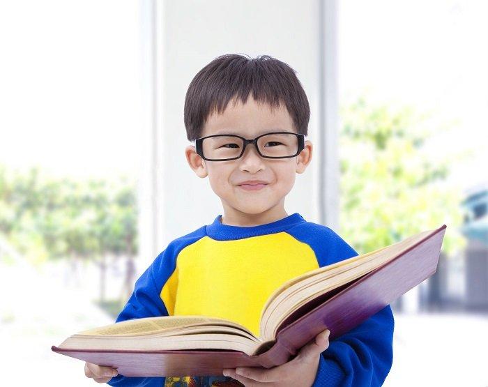 Em bé nam đọc sách.