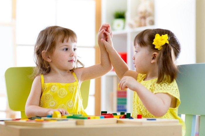 Hai chị em vui chơi với nhau.