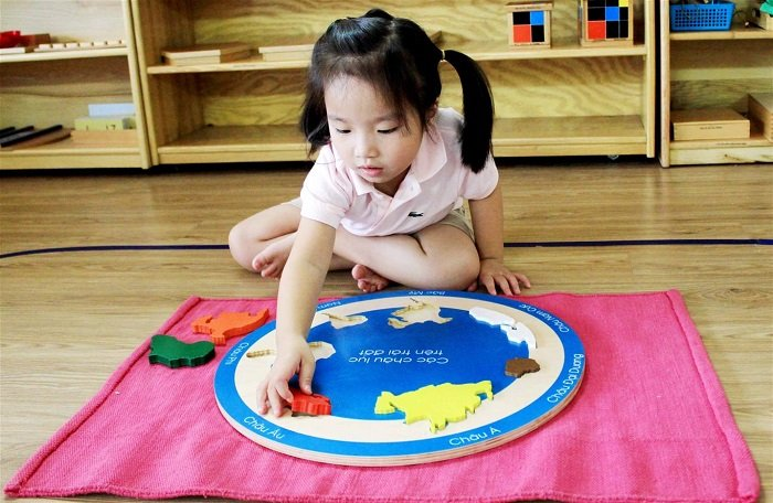 Em bé nhận biết hình khối theo phương pháp Shichida