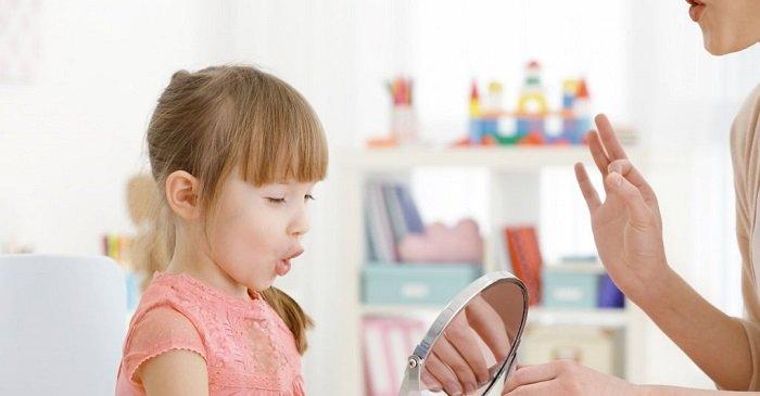 bé gái luyện nói trước gương