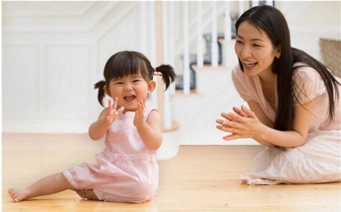 bé gái hát cùng mẹ