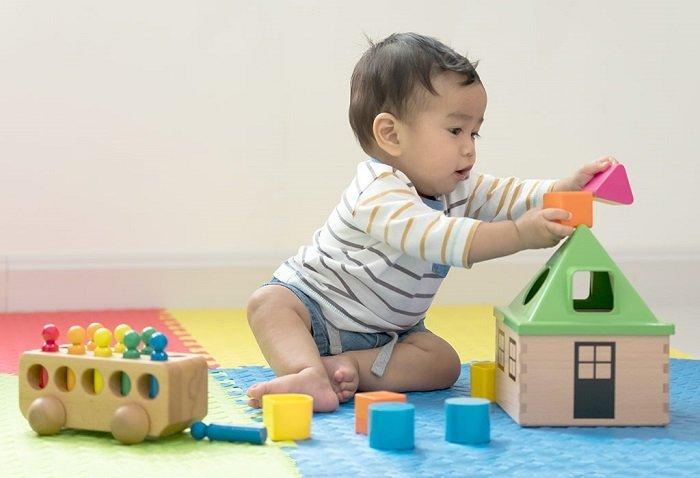 Cùng với khả năng vận động, khả năng nhận thức của bé 8 tháng tuổi cũng phát triển vượt bậc.