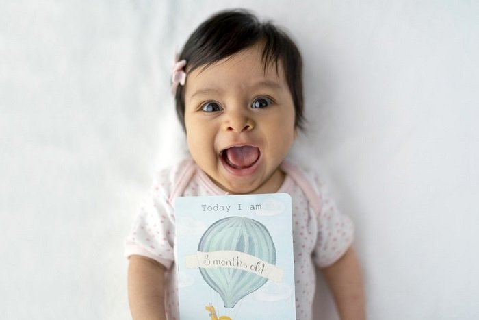 Em bé 8 tháng tuổi biết làm gì và cách giúp tăng cường khả năng nhận thức của bé 8 tháng tuổi.