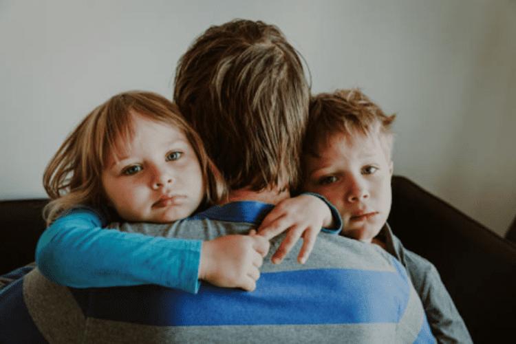 mẹ kiên nhẫn giúp trẻ hay cáu giận học cách kiểm soát cảm xúc
