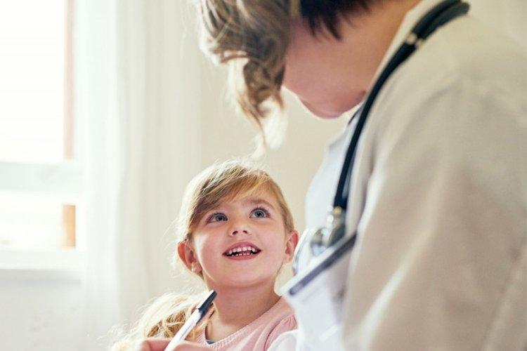 Trẻ nhạy cảm đi khám bác sĩ để đảm bảo không mắc các bệnh về thể chất