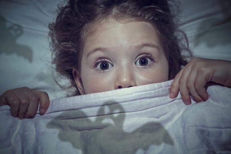 giúp bé hết sợ hãi bóng tối và quái vật