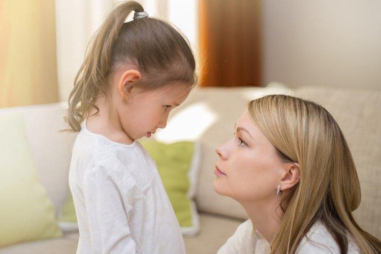 mẹ quan tâm hỏi han và giúp trẻ nhạy cảm học cách giữ bình tĩnh