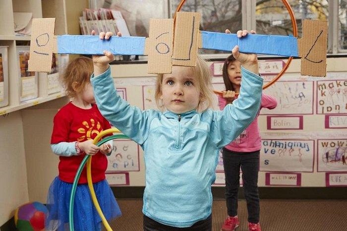Em bé gái phát triển trí tương tượng bằng cách làm đạo cụ giấy.