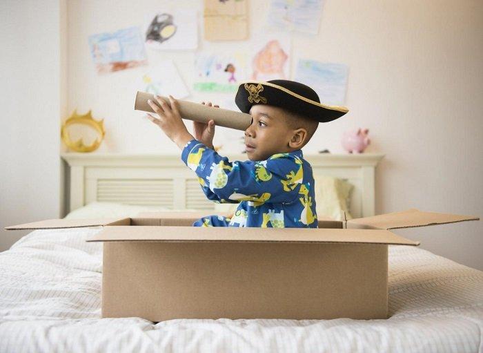 Em bé chơi nhập vai, phát triển trí tưởng tượng.