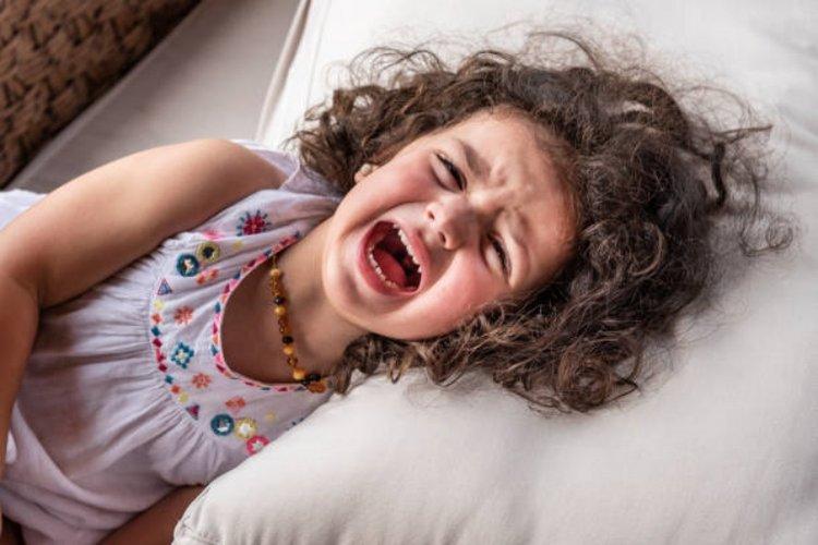 trẻ hay cáu giận, tức tối, la hét, khóc lóc và ăn vạ