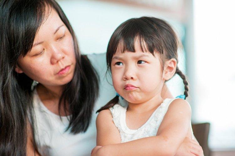 mẹ bình tĩnh hỏi han, không đánh mắng trẻ hay cáu giận