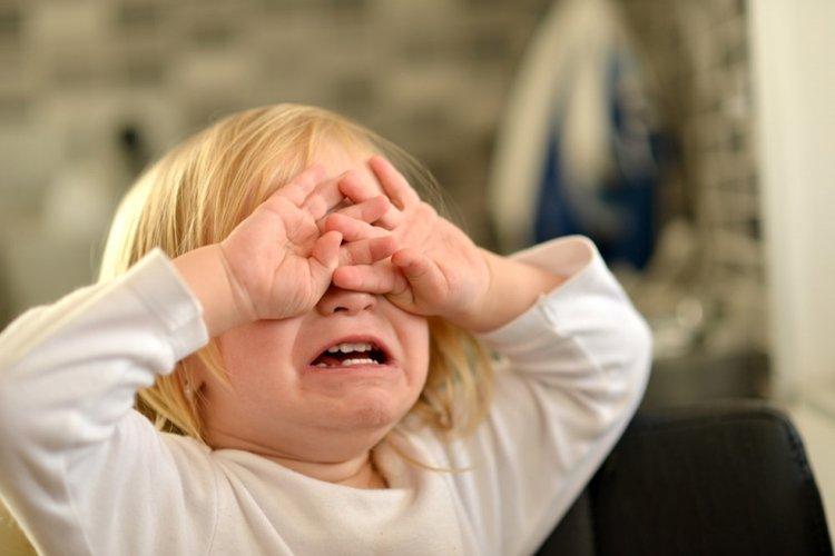 khủng hoảng tuổi lên 2 khiến trẻ ngang bướng và hay khóc nhè, đòi hỏi, ăn vạ