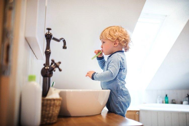 tâm lý trẻ 2 tuổi thích độc lập tự chủ, trẻ tự đánh răng, tự mặc quần áo