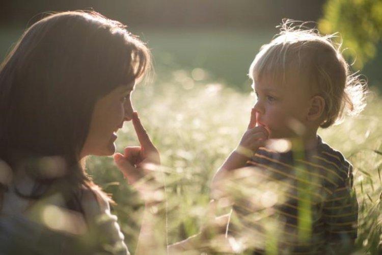 trẻ 2 tuổi bắt chước bố mẹ để học những điều mới