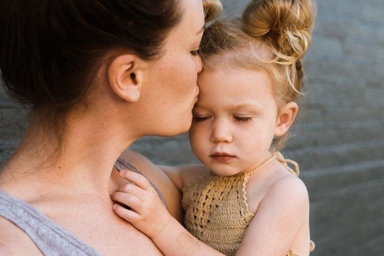 tâm lý trẻ 3 tuổi rất dễ bị khủng hoảng nên bố mẹ cần thông cảm và kiên nhẫn dạy trẻ cách kiểm soát cảm xúc