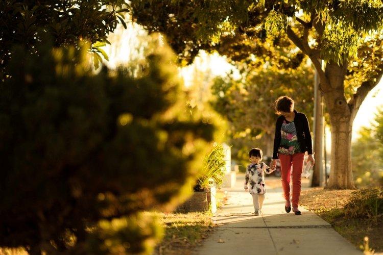 Mẹ cùng bé đi dạo đốt cháy năng lượng, để trẻ không sử dụng năng lượng vào việc xấu
