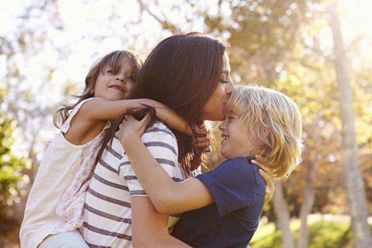 mẹ giúp trẻ né tránh những nguyên nhân gây tiêu cực và cùng chơi với nhau hòa bình vui vẻ