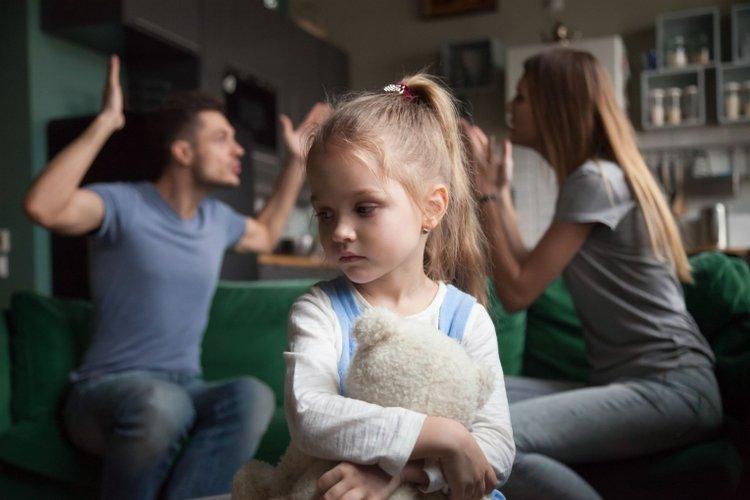 trẻ đánh bạn do ảnh hưởng từ hành vi bạo lực của bố mẹ