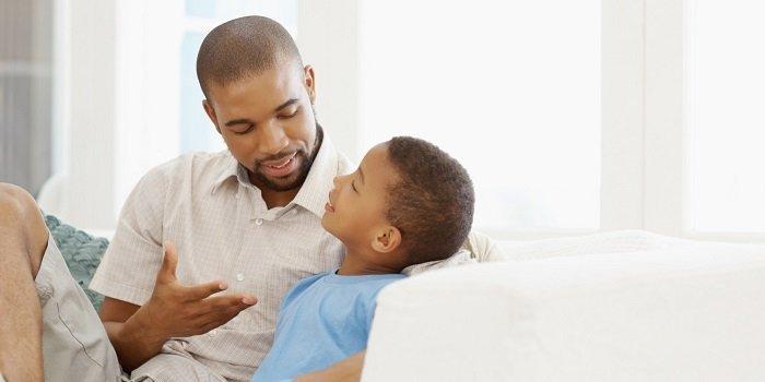 Bố mẹ nên thẳng thắn trò chuyện và giải thích ở mức độ phù hợp với con.