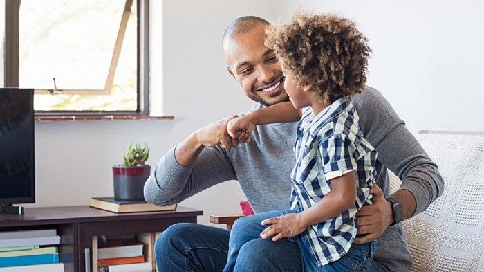 Em bé vui mừng chơi cùng bố.